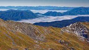 Neer kijkend op wolken, Nelson Lakes National Park, Nieuw Zeeland stock foto's