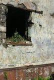 Neer vernietigd door brand, verwoest het gebroken venster, verlaten brandwond, gevaarlijk huis, royalty-vrije stock afbeeldingen