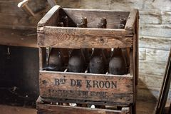 NEERIJSE,比利时- 2014年9月05日:有老葡萄酒啤酒瓶的木箱在啤酒厂De Kroon在Neerijse 免版税库存图片