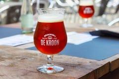 NEERIJSE, BÉLGICA - 5 DE SEPTIEMBRE DE 2014: Probando la cerveza original del De Kroon califique en el mismo restaurante del nomb Fotografía de archivo libre de regalías