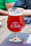 NEERIJSE, BÉLGICA - 5 DE SEPTIEMBRE DE 2014: Probando la cerveza original del De Kroon califique en el mismo restaurante del nomb Fotografía de archivo