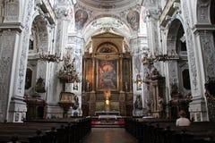 Nef de la Dominikanerkirche (Vienne - Autriche). Une femme est assise dans la nef de l'église des Dominicains à Vienne, Autriche, le 08/08/12. A woman is stock photography