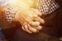Neffe, der die Hand des starken Großvaters hält Stockfotos