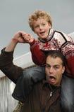 Neffe und Onkel, die Spaß bilden Stockfotos