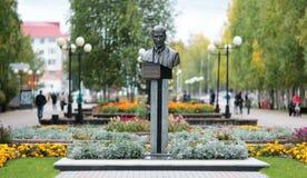 NEFTEYUGANSK, SIBÉRIA OCIDENTAL, RÚSSIA 17 DE SETEMBRO DE 2018: Monumento a Vladimir Petukhov, prefeito de Nefteyugansk que foi m Fotos de Stock Royalty Free