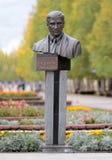 NEFTEYUGANSK, SIBÉRIA OCIDENTAL, RÚSSIA 17 DE SETEMBRO DE 2018: Monumento a Vladimir Petukhov, prefeito de Nefteyugansk que foi m Fotografia de Stock Royalty Free