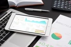 Negócio analítico com tablet pc fotos de stock royalty free