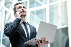 Negócio bem sucedido Homem de negócios seguro que está no middl Foto de Stock Royalty Free