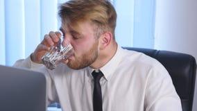 Negócio cansado e sobrecarregado Person Taking Pills Suffering uma dor de cabeça grande imagem de stock royalty free