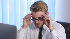 Negócio cansado e sobrecarregado Person Taking Pills Suffering uma dor de cabeça grande imagens de stock