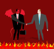 Negócio com diabo O homem de negócios e faz um acordo o demônio no inferno Fotografia de Stock