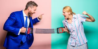 Negócio como o conceito do esporte Homem e mulher que esticam o expansor oposto aos lados Confrontação do gênero no local de trab fotografia de stock royalty free