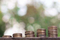 negócio crescente da pilha da moeda do dinheiro fotografia de stock royalty free