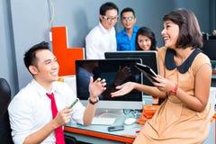 Negócio criativo Ásia - Team Meeting no escritório Fotografia de Stock Royalty Free