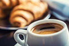 Negócio da ruptura de café Telefone celular e jornal da xícara de café fotografia de stock royalty free