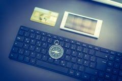 Negócio da Web: com teclado, compasso, cartão de crédito e smartphone imagem de stock