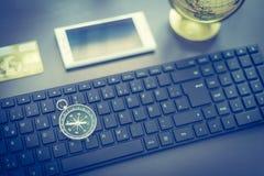Negócio da Web: com teclado, compasso, cartão de crédito e smartphone foto de stock