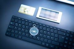 Negócio da Web: com teclado, compasso, cartão de crédito e smartphone imagens de stock