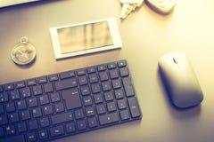 Negócio da Web: com teclado, compasso e smartphone imagem de stock