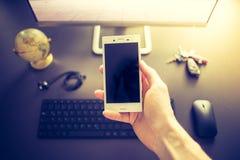 Negócio da Web: smartphone no primeiro plano imagem de stock