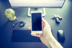 Negócio da Web: smartphone no primeiro plano fotografia de stock
