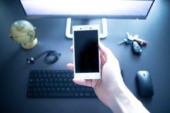 Negócio da Web: smartphone no primeiro plano foto de stock