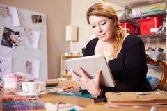 Negócio de Checking Orders For do joalheiro com tabuleta de Digitas foto de stock