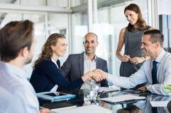 Negócio de negócio com aperto de mão imagem de stock royalty free