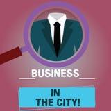 Negócio de exibição do sinal do texto na cidade Escritórios profissionais das empresas urbanas conceptuais da foto na lupa das ci ilustração royalty free