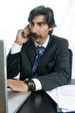 Negócio de fala do homem de negócios em seu telefone móvel Foto de Stock Royalty Free