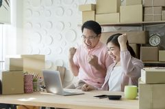 Negócio de família novo da partida dos pares do negócio, mercado em linha imagens de stock royalty free