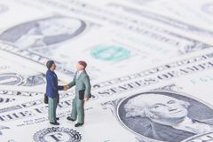 Negócio de negócio ou conceito do acordo e do sucesso Dois homens de negócios diminutos que agitam as mãos ao estar em vagabundos Fotografia de Stock