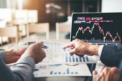Negócio discussão de Team Investment Entrepreneur Trading e troca do mercado de valores de ação do gráfico da análise, conceito c foto de stock