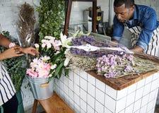 Negócio do florista com proprietário do homem Fotos de Stock