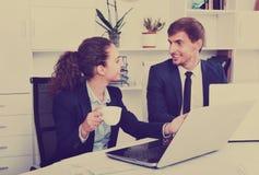 Negócio dois masculino e assistentes fêmeas que vestem o havin do formalwear imagens de stock