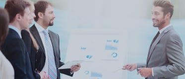 Negócio e conceito do escritório - o negócio de sorriso team o trabalho dentro fotografia de stock