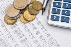 Negócio e relatórios financeiros com calculadora, moeda, Imagem de Stock