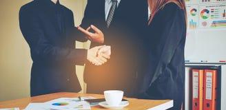 Negócio e reuniões e unidade do trabalho Para trabalhar eficazmente o teamwo foto de stock royalty free