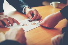 Negócio e reuniões e unidade do trabalho Para trabalhar eficazmente o teamwo imagem de stock royalty free