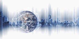 Negócio e trabalhos em rede globais, globo da exposição dobro com linhas da conexão de rede e construções modernas, no fundo bran imagens de stock