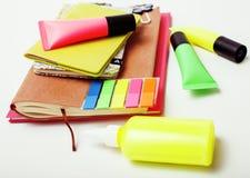 Negócio, educação e conceito da tecnologia - próximo acima do caderno, etiquetas de papel, escreva o material diferente no branco Imagem de Stock