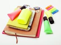 Negócio, educação e conceito da tecnologia - próximo acima do caderno, etiquetas de papel, escreva o material diferente no branco Fotos de Stock