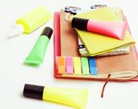 Negócio, educação e conceito da tecnologia - próximo acima do caderno, etiquetas de papel, vidros, escreva o material diferente s Imagem de Stock