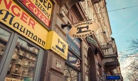 Negócio em ruas velhas de Budapest Fotos de Stock