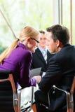 Negócio - entrevista de trabalho com hora e pretendente Foto de Stock Royalty Free