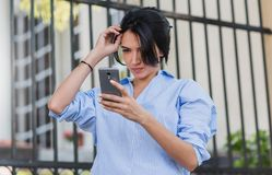 Negócio, estilo de vida e conceito dos povos Tiro exterior da mulher caucasiano consideravelmente à moda para arranjar seu cabelo imagens de stock royalty free