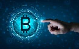 Negócio financeiro da moeda de Digitas do sistema de segurança do mapa do mundo da corrente de bloco de Bitcoin no mundo em linha fotografia de stock royalty free