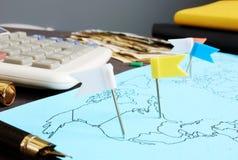 Negócio global Mapa com bandeiras e dinheiro imagem de stock
