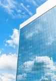 Negócio moderno que constrói sobre o céu azul imagem de stock royalty free