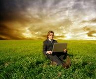 Negócio no campo de grama Foto de Stock Royalty Free